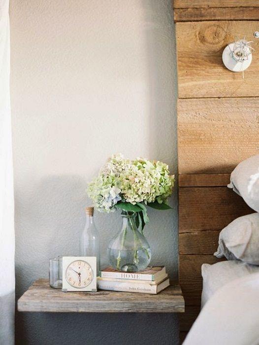 Et flott alternativ for å forvandle plassen til et soverom ved hjelp av en liten hengslet hylle.