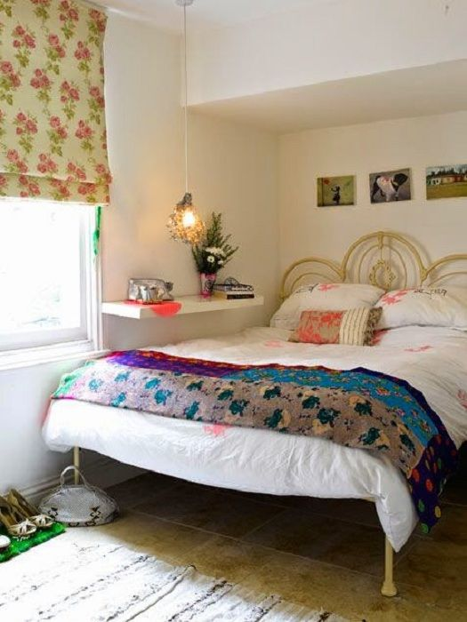 Det lyse interiøret på soverommet ble transformert ved hjelp av en praktisk hylle ved sengen.