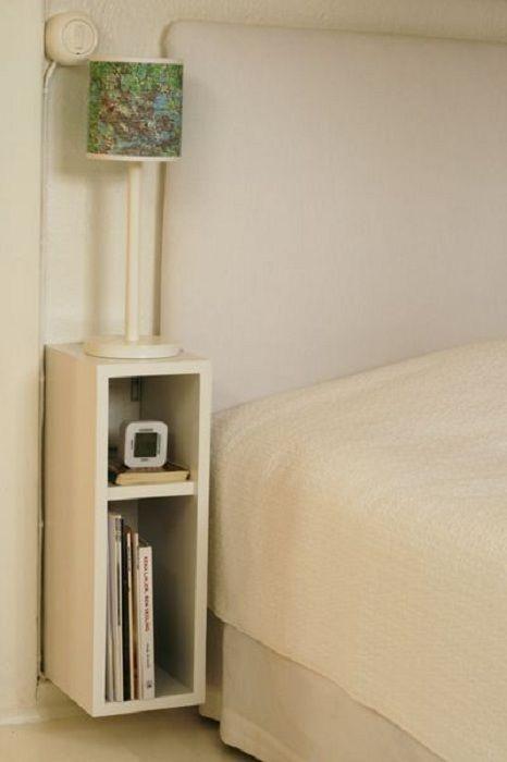Dekorerer plassen nær sengen på soverommet med en nisje med to rom.