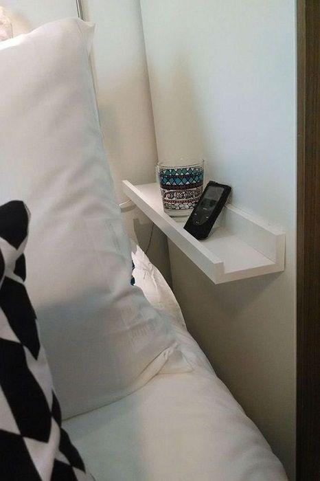 En kompakt minihylle på soverommet, som vil være en hellig gave for et slikt interiør.