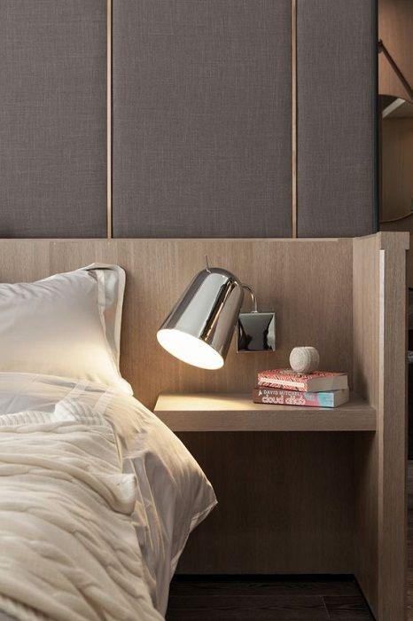 En praktisk og praktisk hylle som det er mulig å plassere en lampe for å lese favorittbøkene dine.