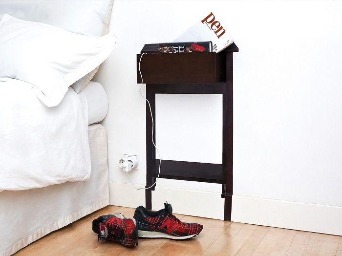 En interessant hylle i nærheten av sengen vil ganske enkelt være den beste løsningen for interiøret.
