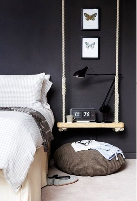 Sengeplassen nær sengen er dekorert med interessante motiver ved hjelp av den originale hengslede hylla.