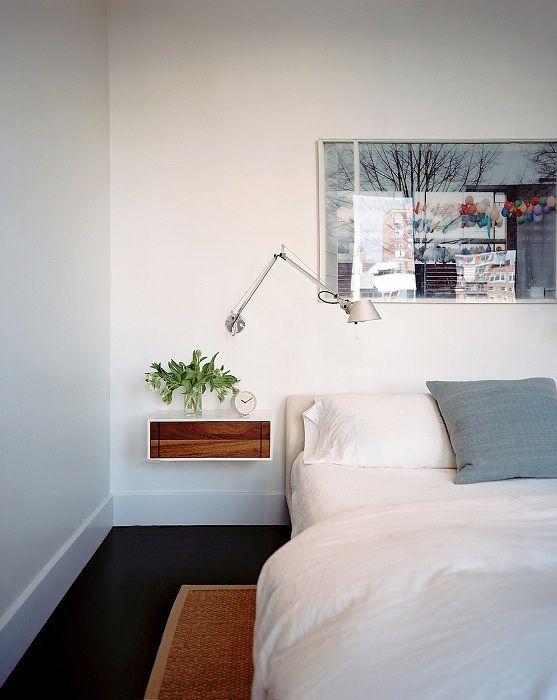 En utmerket løsning for å plassere en bitteliten hylle på soverommet, noe som optimaliserer plassen.