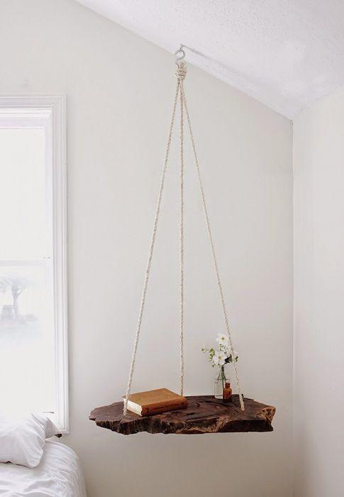 Et flott eksempel på å designe en nattplass med en kreativ hengslet hylle.