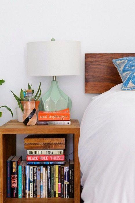 Kanskje det beste stedet i rommet der du kan plassere favorittbøkene dine, i nærheten av sengen.