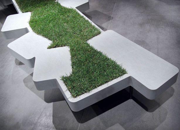 Оригинальная скамья с газоном между сидениями