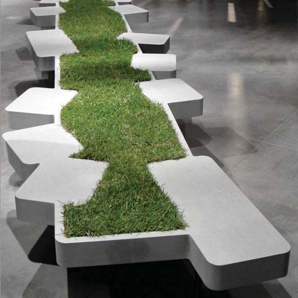 Скамья с газоном между сидениями