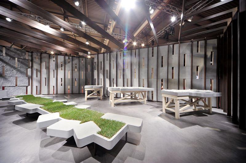 Скамья с газоном между сидениями в помещении