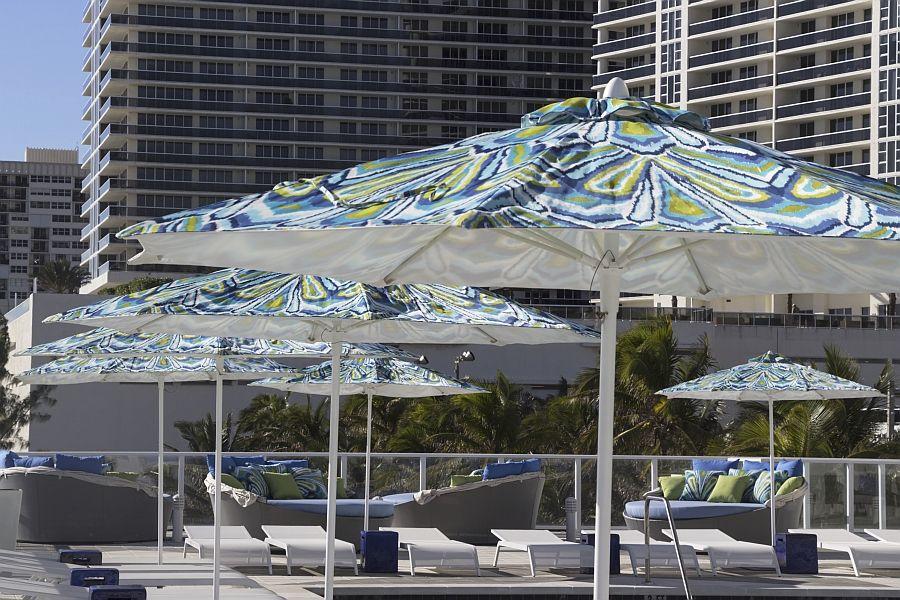 Красивые кушетки и зонтики на террасе