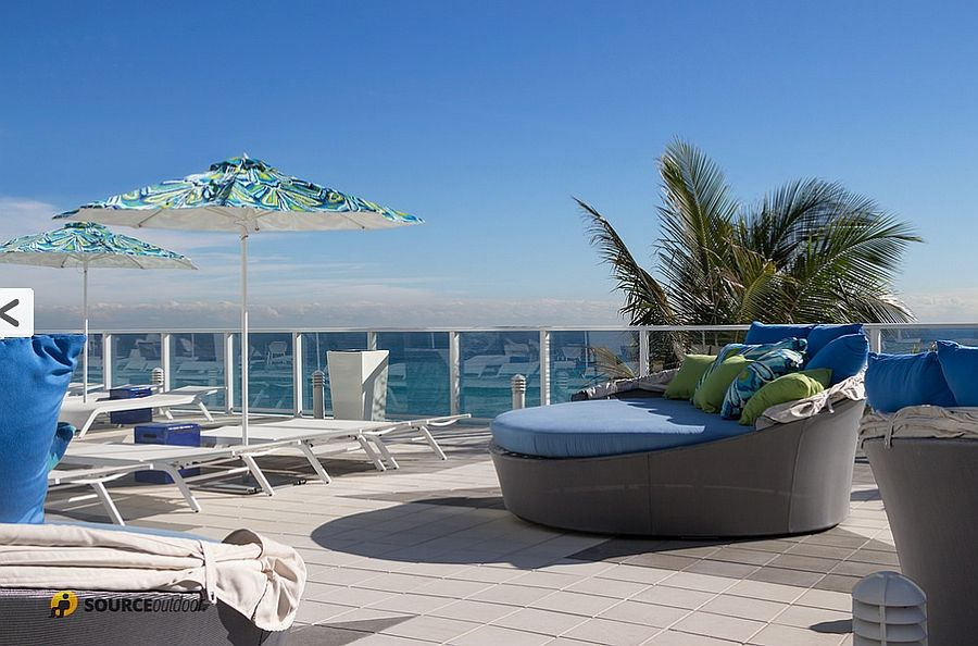 Шикарные аква-кушетки, шезлонги и зонтики от солнца на террасе