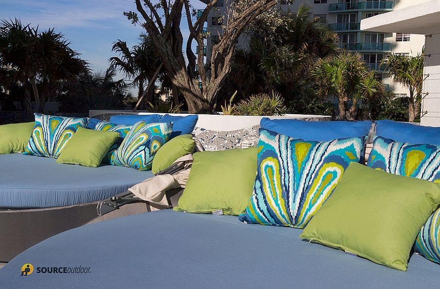 Яркие подушки аква-кушетки