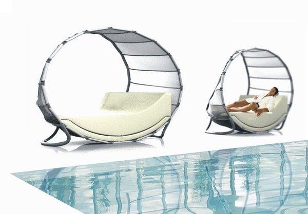 Покрити шезлонги във формата на платно до басейна