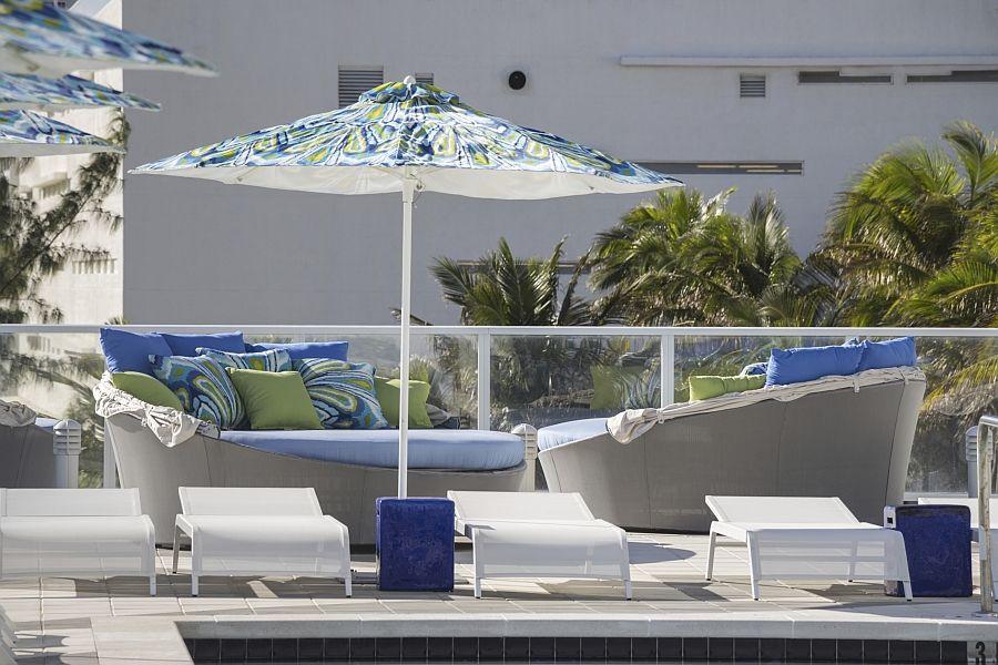Аква-кушетки с зонтиком от солнца на террасе