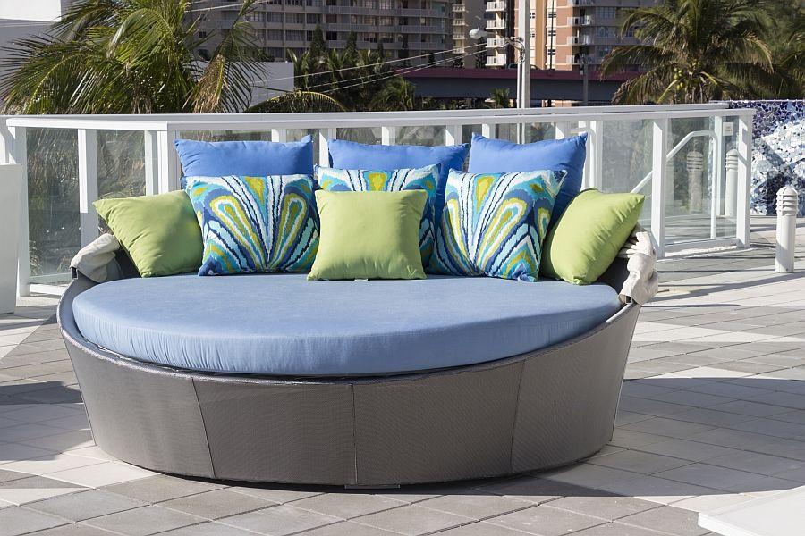 Дизайнерски диван на терасата