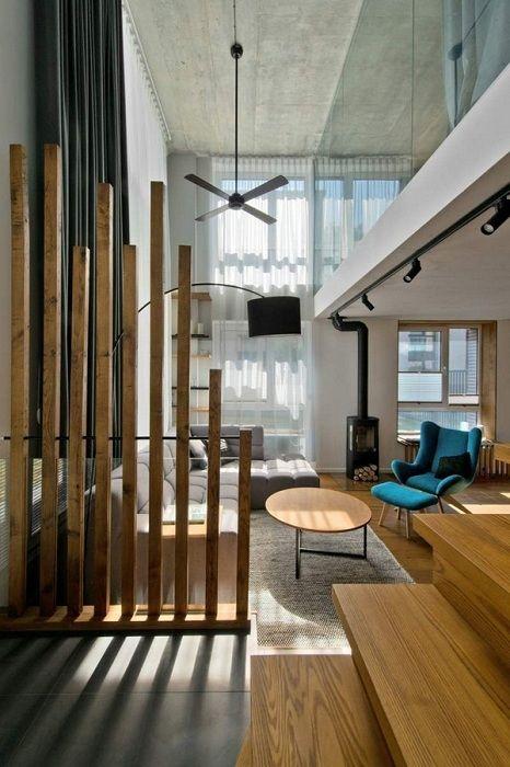 A belső tér egyszerű és nagyon hűvös, fa válaszfallal átalakítva.