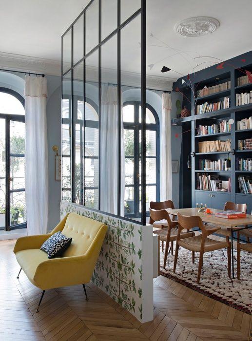 A két szoba elkülönítésének legjobb módja egy átlátszó üvegfalak elhelyezése.