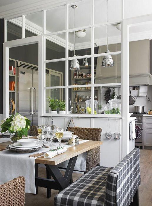 A konyha belsejét egy válaszfallal látják el, amely azt két részre osztja.