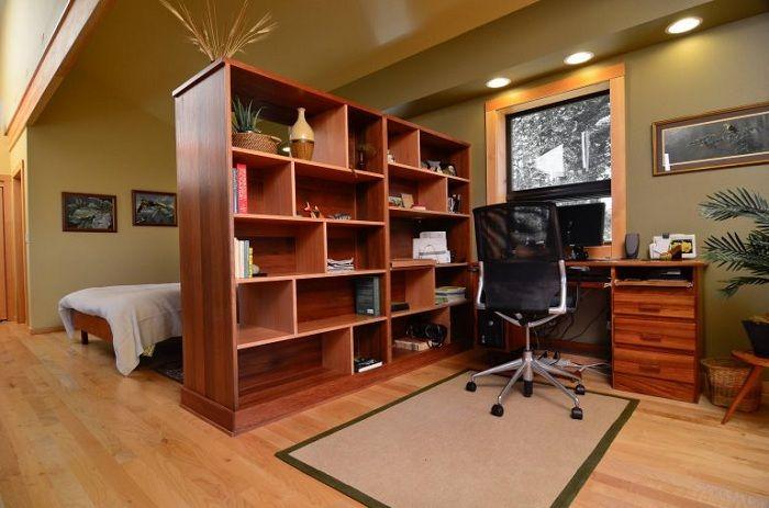 A szoba újraprofilálása egy nagy szekrénytel, amely osztja a teret.