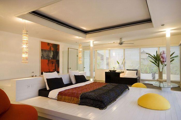 Спальня оформлена в минималистическом стиле, хотя и наполнена функциональными и полезными предметами.