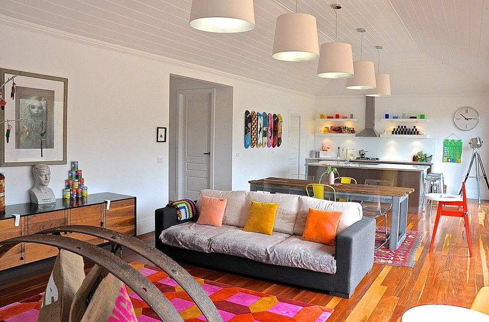 Креативные подвесные люстры в интерьере гостиной от Luci.D Interiors