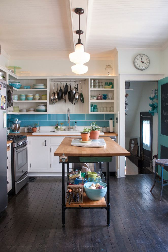 Яркий подвесной светильник в интерьере кухни от Adrienne DeRosa