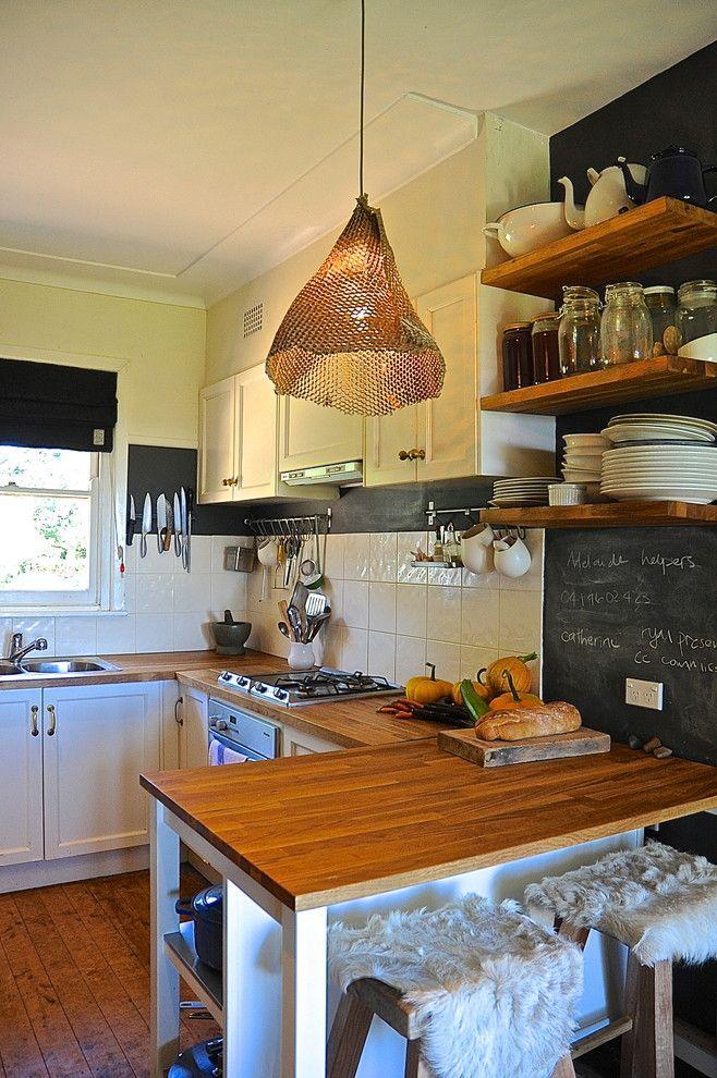 Подвесной плетенный светильник в интерьере кухни от Luci.D Interiors