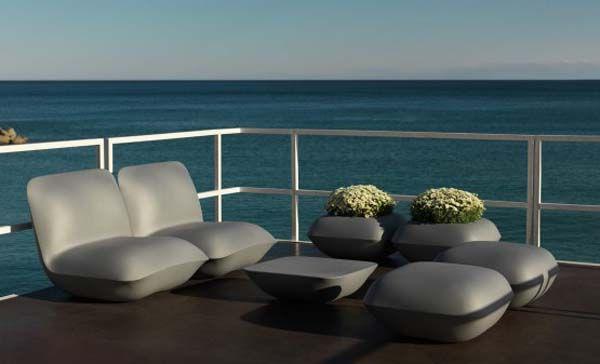 Vakre lenestoler, stoler, bord og bord på balkongen
