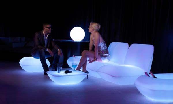 Fantastiske stoler, bakgrunnsbelyst bord