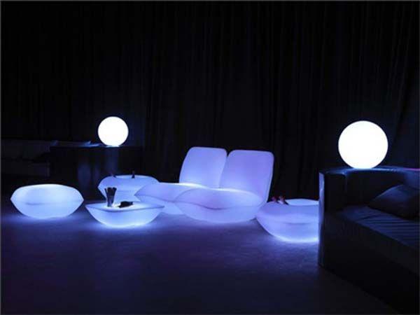 Storslått bord, stoler, lenestoler med lys og lamper