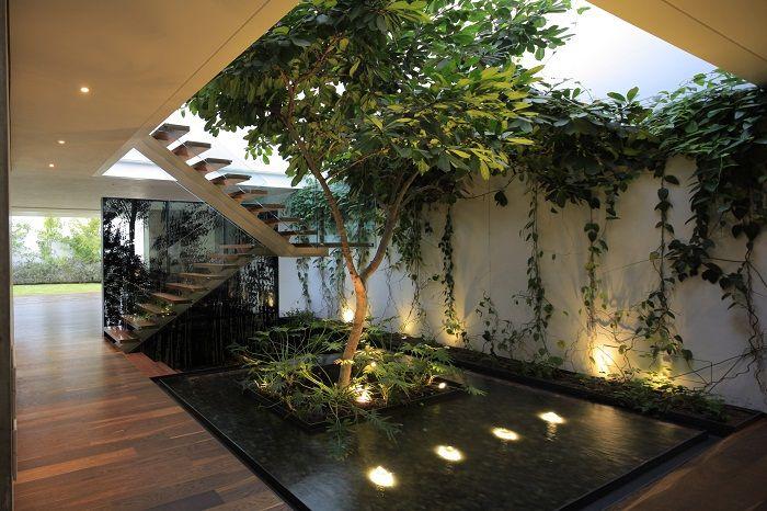 Интересна и много приятна декорация на дома с мини градина.