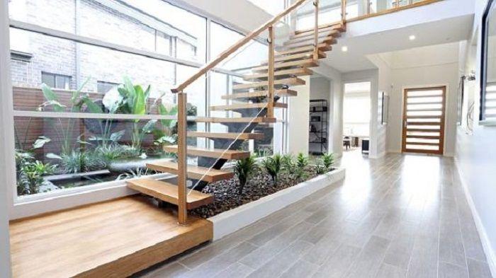 Пожалуй один из самых лучших вариантов декорирования пространства дома при помощи деревянной лестницы и мини-сада.