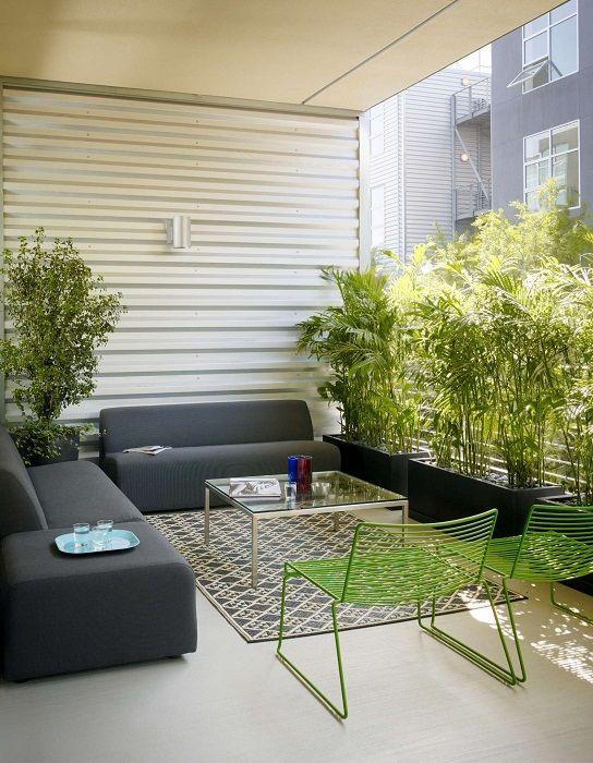 Възможно е да оборудвате интериора на балкона бързо и оригинално, като създадете уютна атмосфера.