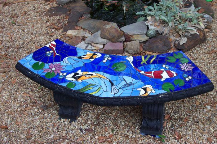 Плитка уместна и для декора садовой мебели.