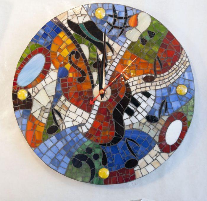 Часовник с мозайка с мозайка е прост, но функционален декор.