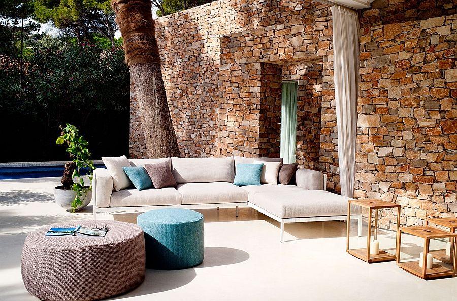 Vakker sofa, bord og puffer på terrassen
