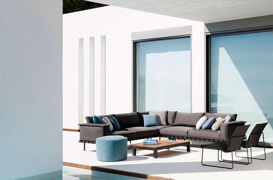 Угловой диван, пуфы, кресла и столик на террасе у бассейна