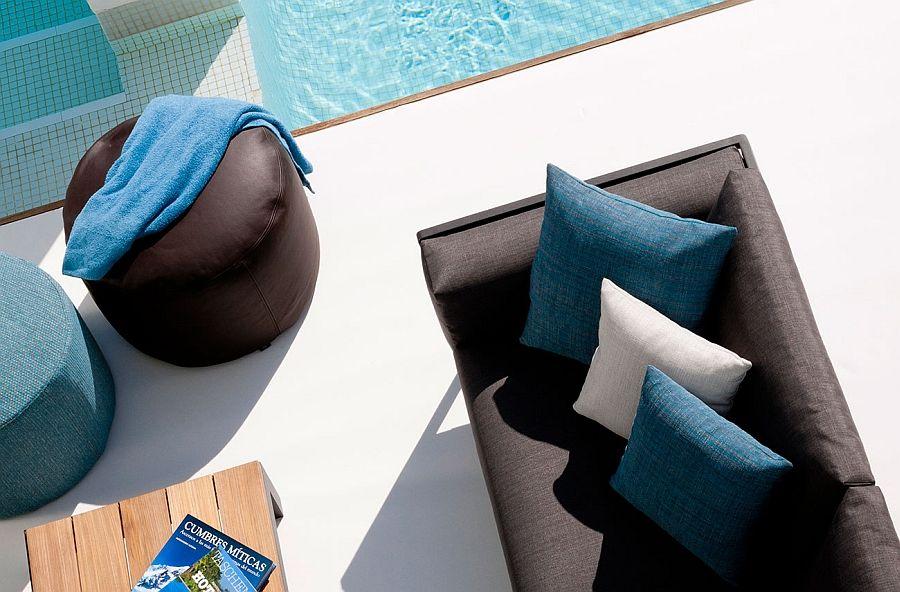Poufs på terrassen ved bassenget