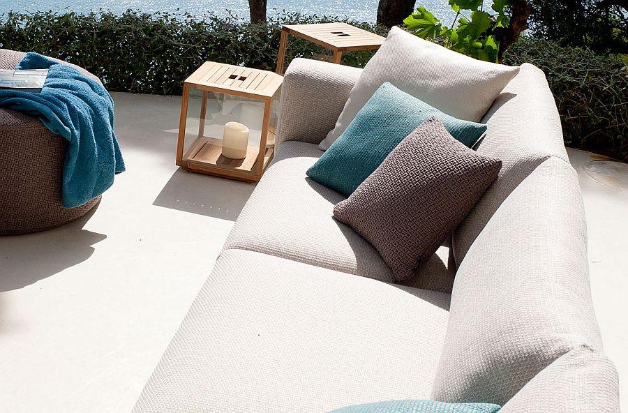 Sofa med et sett med puter, puffer og bord
