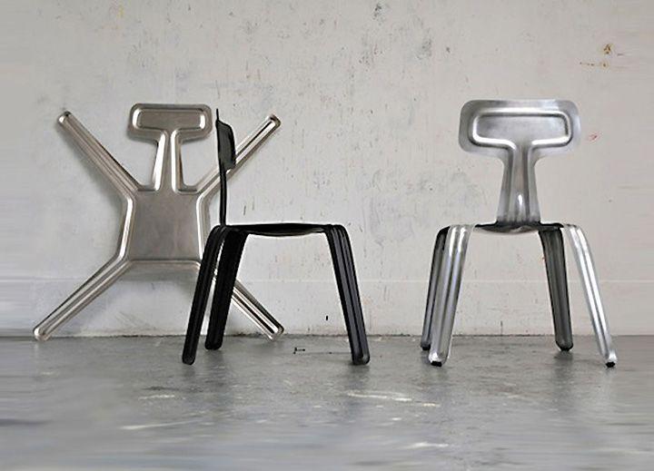 Притиснати столове до стената