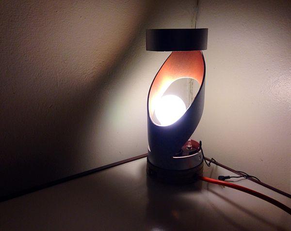 Поворотная система у настольной лампы