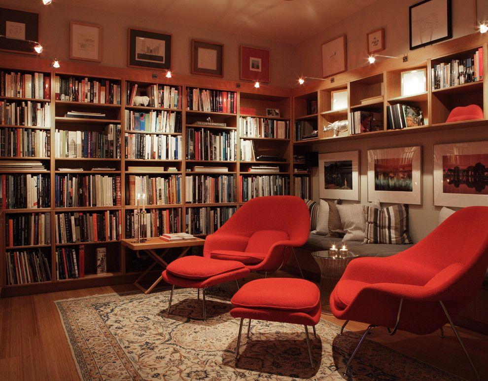 Настенные светильники в интерьере домашней библиотеки