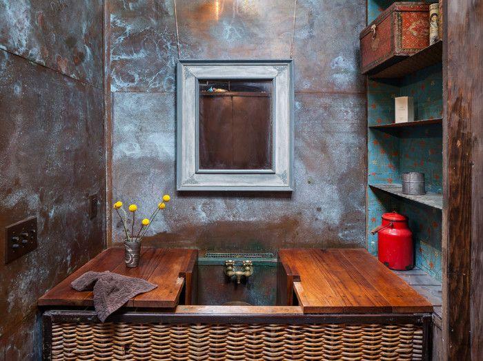 Ściany loftów harmonizują ze starymi meblami.