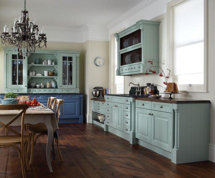 Старая мебель, окрашенная в нестандартный цвет, оживает.