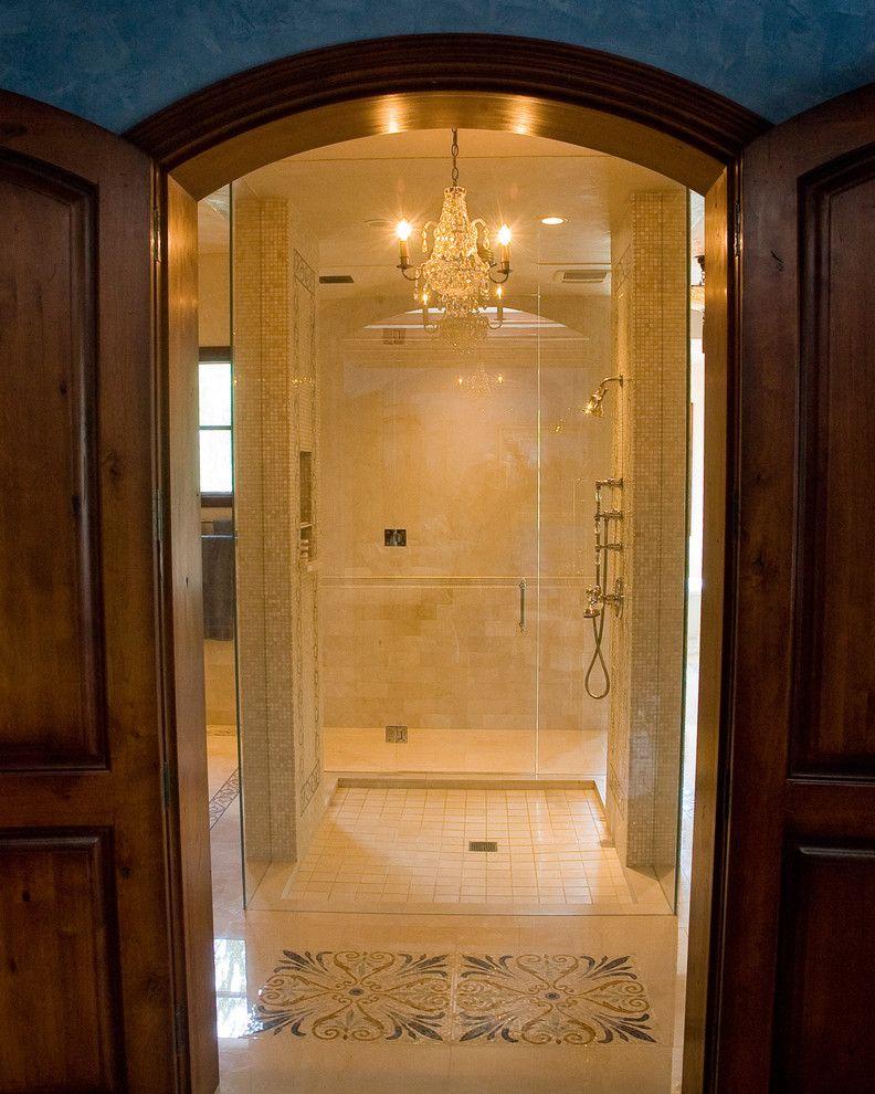 Прекрасная люстра в ванной комнате
