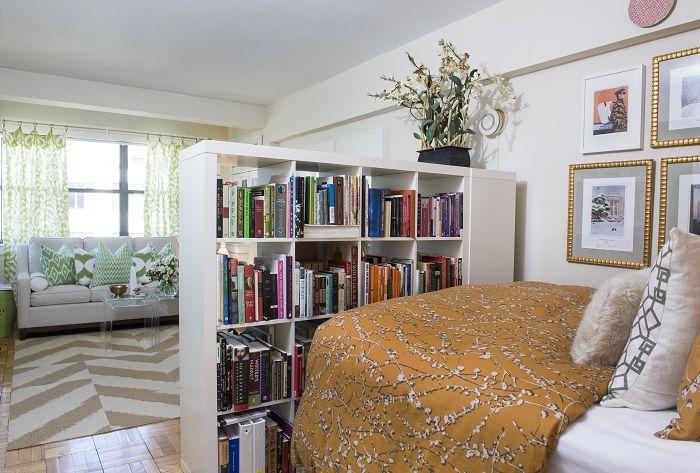 Възможно е успешно да зонирате пространството с помощта на толкова интересна шкафче за книги.