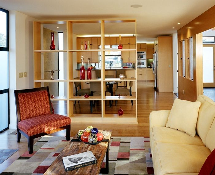 Една обикновена гардеробна стена ще бъде отлична преграда между помещенията, която ще угоди и вдъхнови.