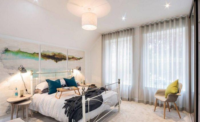 Симпатичное оформление спальной с помощью декорирования её в светлых тонах.