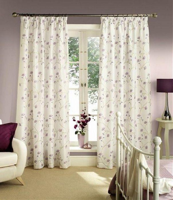 Оригинальные светлые шторки в мелкий орнамент в виде цветочков, что освежат интерьер.