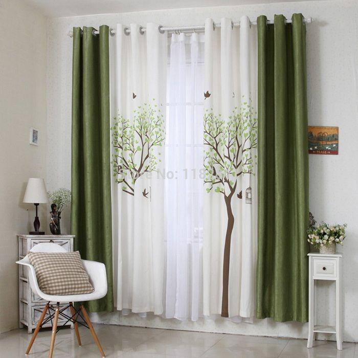 Нестандартный выбор украсить интерьер комнаты темно-зелеными шторами.